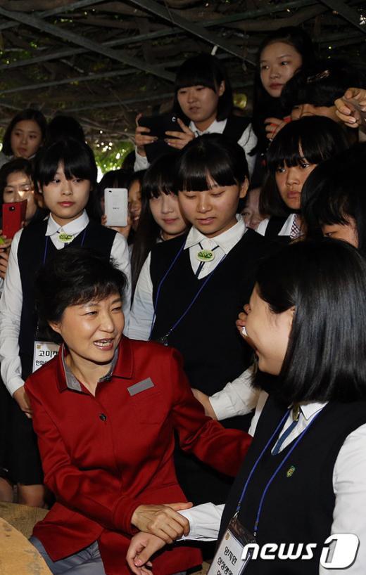 [사진]학생들과 대화 나누는 박근혜