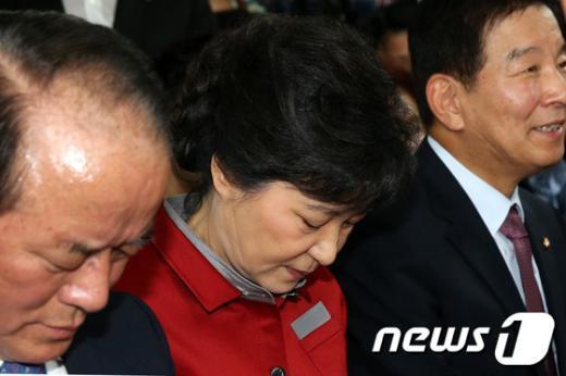 [사진]고개숙인 박근혜 후보