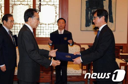 [사진]권택기 특임차관에게 임명장 수여하는 李대통령