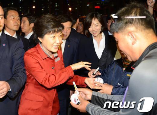 [사진]야구공에 사인하는 박근혜 후보