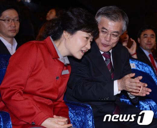 [사진]이야기 나누는 박근혜-문재인 후보
