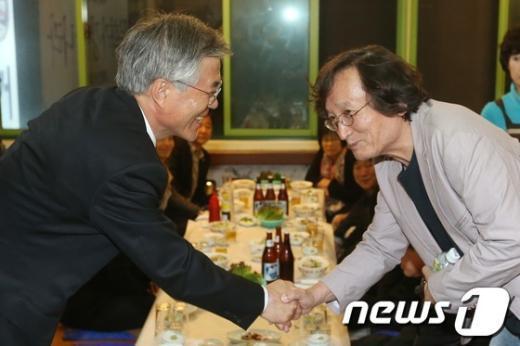 [사진]정지영 감독과 인사나누는 문재인 후보