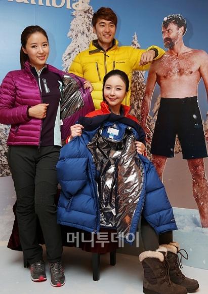 8일 서울 웨스틴 조선호텔에서 열린 기자간담회에서 모델들이 컬럼비아의 2012년 F/W 신제품 '울트라 체인지 파카'를 입고 있다. ⓒ이동훈 기자