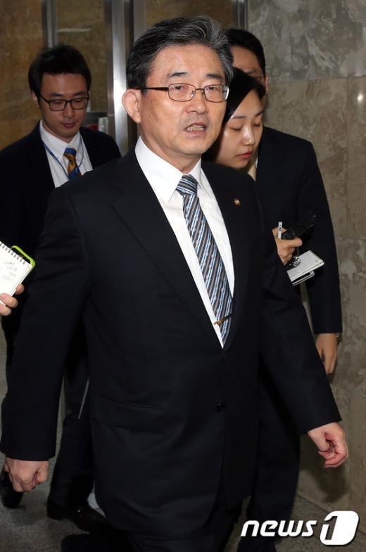 [사진]국감 대책회의 참석하는 이한구 원내대표