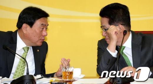 [사진]얘기 나누는 박지원-박기춘
