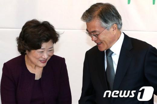 [사진]인사나누는 문재인 후보와 이혜경 국가복지위원장