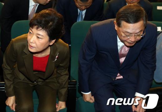 [사진]뻘쭘한 박근혜-안대희