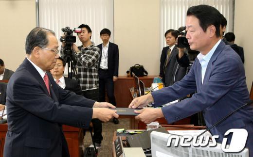 [사진]선서문 제출하는 이계철 방통위원장