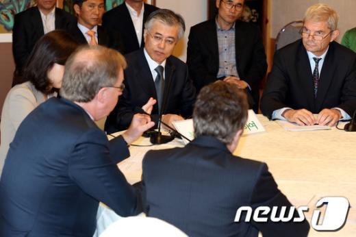 [사진]복지국가 대사의 발언 듣는 문재인 후보