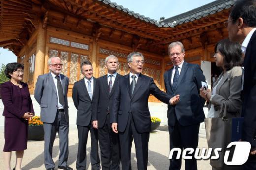 [사진]복지국가 대사들 만난 문재인 후보