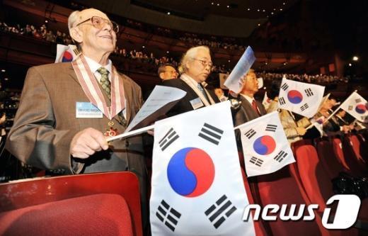 [사진]한글날 노래 제창하는 외국인 참석자