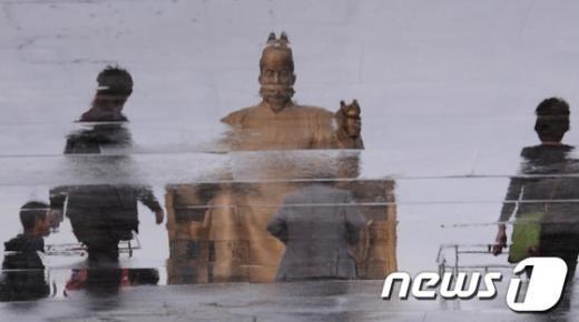 [사진]일그러져 보이는 세종대왕 동상
