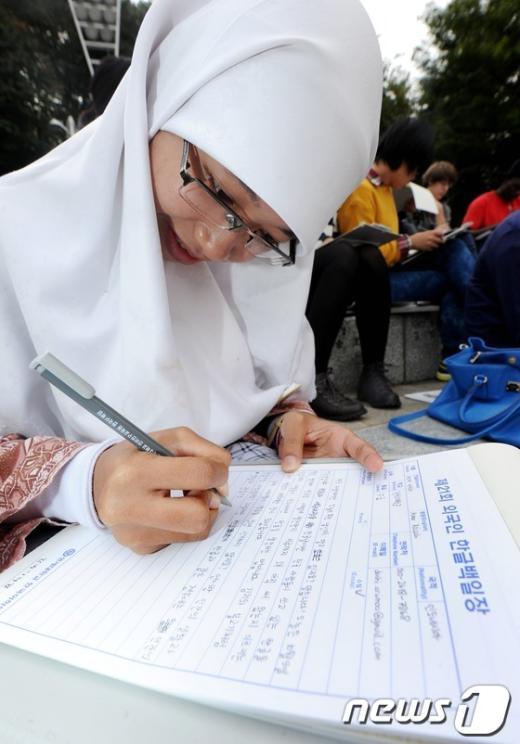 [사진]한글 수필 쓰는 인도네시아 여학생