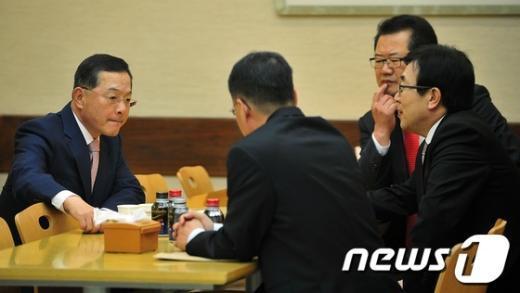 [사진]최후통첩 보낸 안대희 '긴장된 분위기'