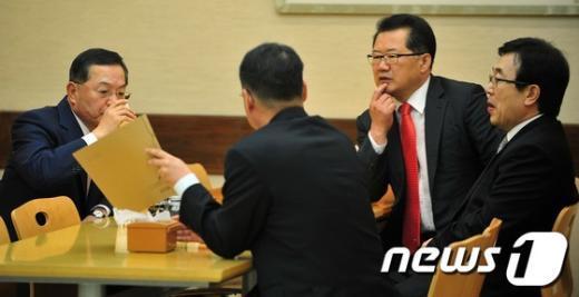 [사진]서병수 사무총장과 대화 나누는 안대희