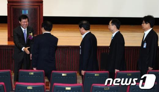 [사진]직원들과 인사하는 김진태 신임 서울고검장