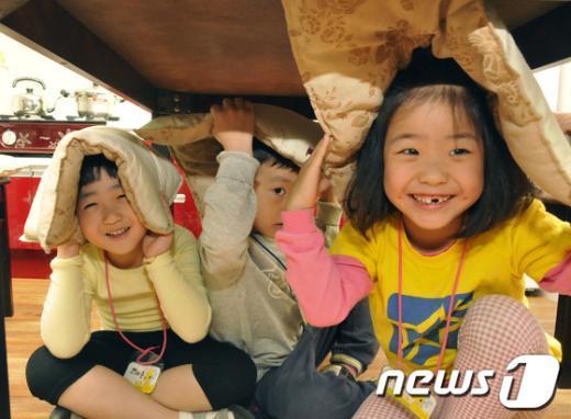 [사진]가상 지진체험하는 아이들