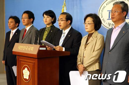 [사진]기자회견하는 국회 교과위 소속 민주통합당 의원들