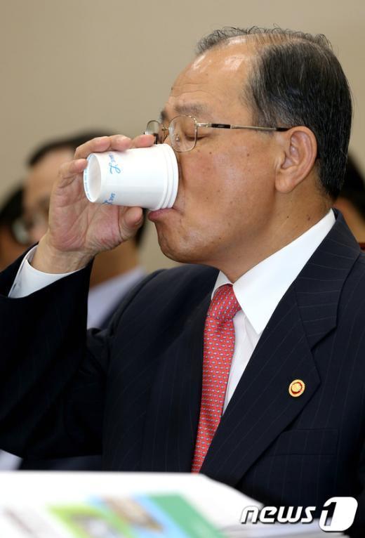 [사진]물 마시는 이계철 위원장