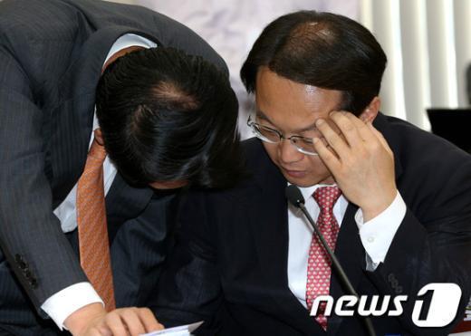 [사진]귀엣말 나누는 김기현-조해진