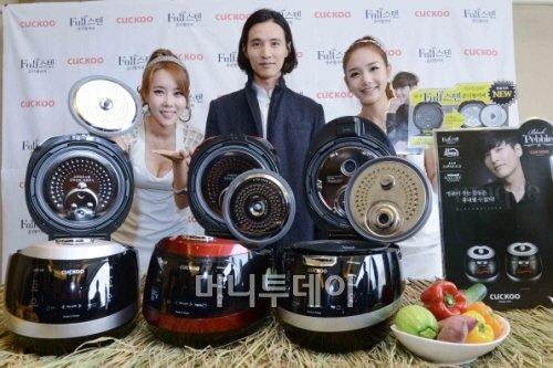 쿠쿠홈스시가 9일 서울 플라자호텔에서 개최한 신제품 출시 사진 행사에서 쿠쿠 광고 모델 원빈이 밥솥 '풀 스텐 분리형 커버'를 소개하고 있다.