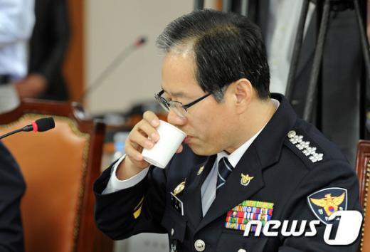 [사진]물 마시는 이기용 청장
