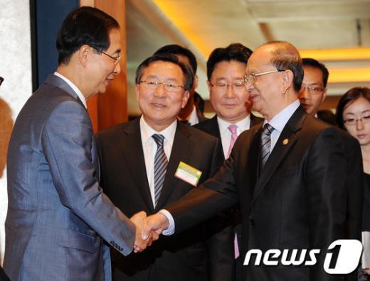[사진]한덕수 무역협회 회장과 인사 나누는 미얀마 대통령