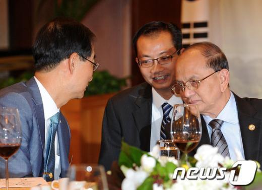 [사진]한덕수 무역협회 회장과 이야기 나누는 미얀마 대통령