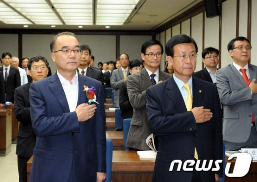 [사진]국기에 대한 경례하는 박재완 장관