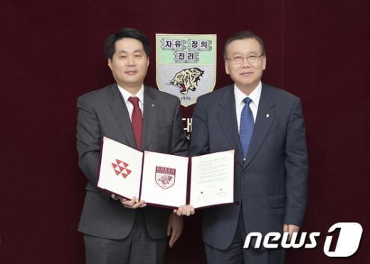 최석순 코오롱글로텍 대표이사(왼쪽)와 김병철 고려대학교 총장. (고려대 제공)  News1