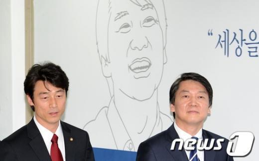[사진]안철수 후보와 나란히 입장하는 송호창 의원