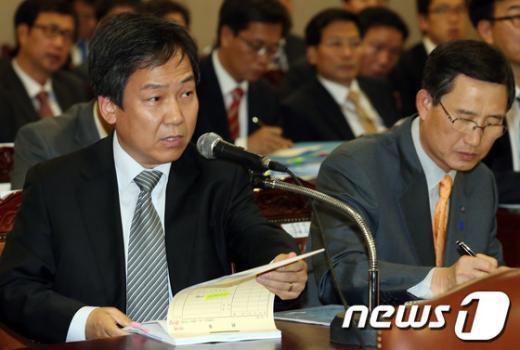 [사진]국감 증인 출석한 정재성 변호사