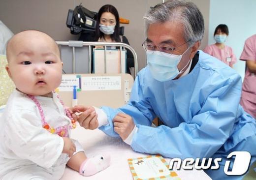 [사진]소아암병동 방문한 문재인 후보