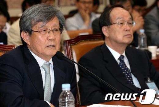 [사진]난감한 이태진 국사편찬위원장