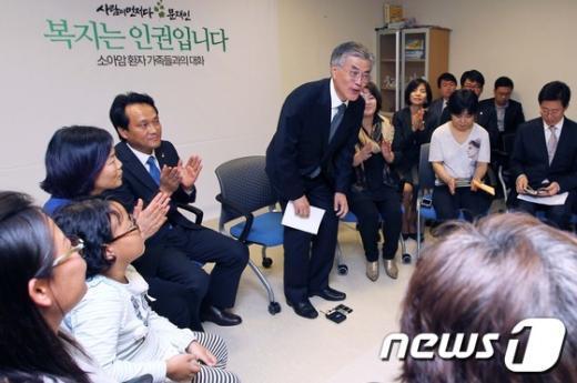 [사진]소아암 환자 가족들 만난 문재인 후보