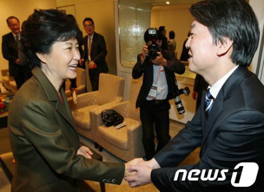 박근혜 새누리당 대통령 후보(왼쪽) 와 안철수 무소속 후보가 9일 서울 워커힐호텔에서 열린 제13회 세계지식포럼에 참석해 인사를 나누고 있다. 2012.10.9/뉴스1  News1 (서울=뉴스1)사진공동취재단