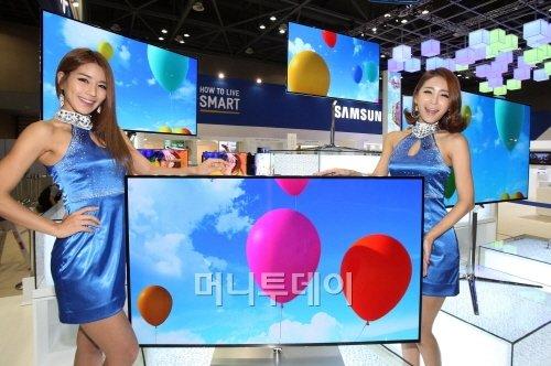 ↑9일부터 12일까지 일산 킨텍스에서 열리는 '제43회 한국전자전'에서 삼성전자 모델들이 '삼성전자 OLED TV 하이라이트 존'에 전시된 OLED TV를 소개하고 있다.