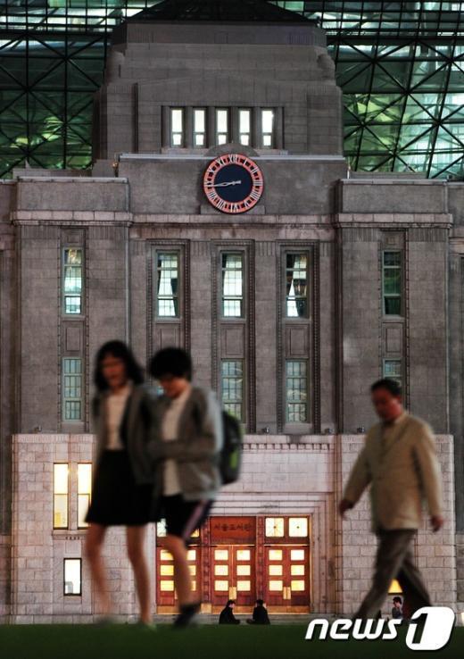 [사진]서울시, 옛 시청 건물에 대형시계 설치