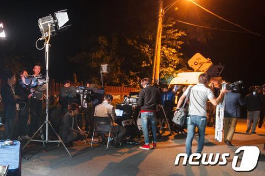 [사진]고은 시인 집 앞 취재진, '아쉬운 발걸음'