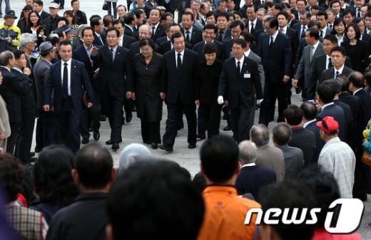 [사진]4.19민주묘지에 몰린 박근혜 후보 지지자들