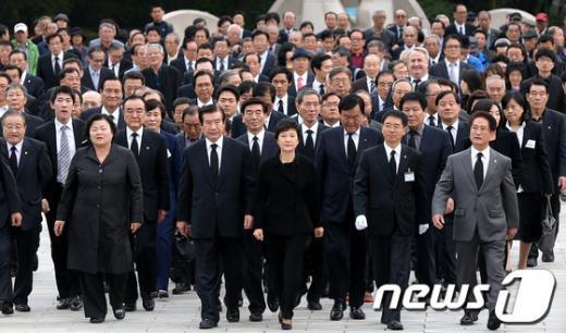 [사진]국립4.19민주묘지 찾은 박근혜 후보