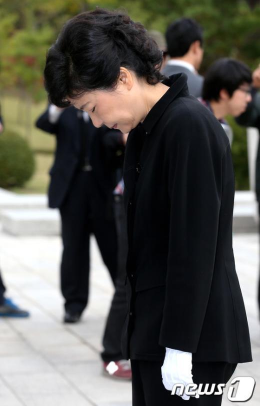 [사진]묵념하는 박근혜 후보