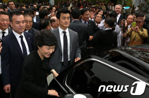 [사진]4.19민주묘지 참배 마친 박근혜 후보