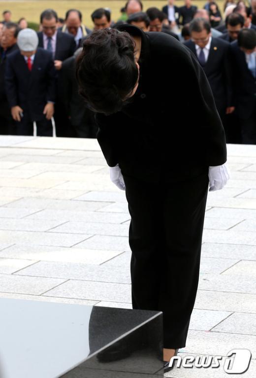 [사진]4.19민주묘지 참배하는 박근혜 후보