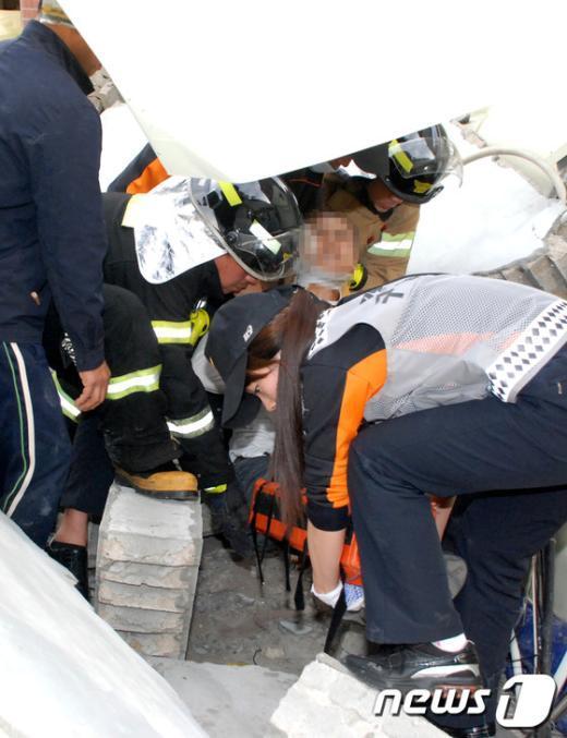 [사진]제기동 창고건물 붕괴...1명 부상
