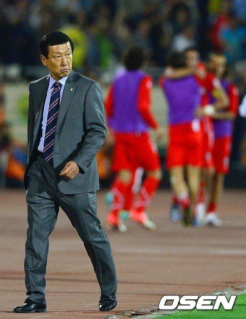 후반 네쿠남에 골을 허용한 한국 최강희 감독이 아쉬운 표정을 짓고 있다. ⓒOSEN