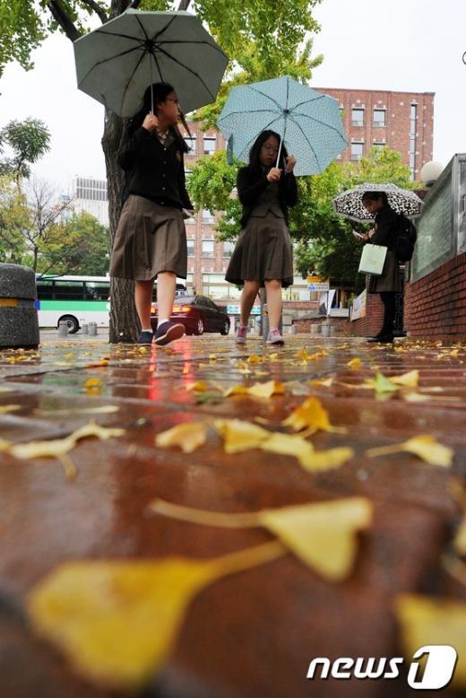 [사진]가을비 내리는 등굣길