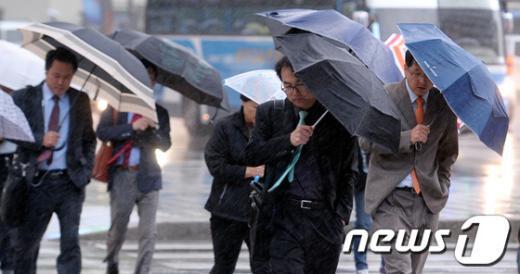 [사진]'우산을 방패 삼아'