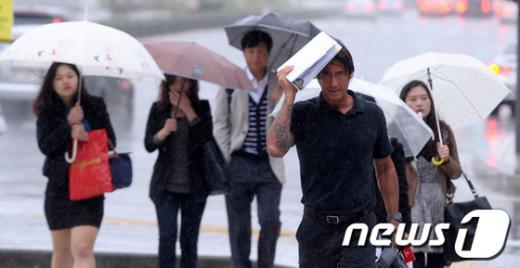 [사진]'우산없는 출근길'