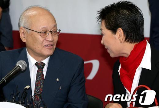 [사진]이야기 나누는 김용준 위원장과 김성주 위원장